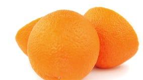 Rebanadas anaranjadas 360 grados que giran el fondo blanco Vídeo completo del lazo de HD Alimento biológico fresco y sano almacen de metraje de vídeo