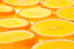 Rebanadas anaranjadas que brillan intensamente en un fondo blanco Modelo Foto de archivo libre de regalías