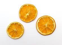 Rebanadas anaranjadas secadas en el fondo blanco Imágenes de archivo libres de regalías