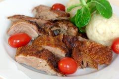 Rebanadas cocidas al horno del pato con las bolas de masa hervida, tomates de cereza, G Fotografía de archivo libre de regalías
