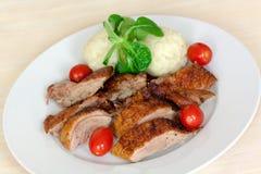 Rebanadas cocidas al horno del pato con las bolas de masa hervida, tomates de cereza, G Fotos de archivo libres de regalías