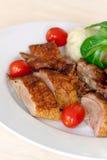 Rebanadas cocidas al horno del pato con las bolas de masa hervida, tomates de cereza, G Imágenes de archivo libres de regalías