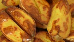 Rebanadas cocidas de la patata en la cáscara, primer metrajes