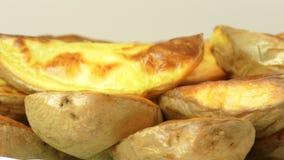 Rebanadas cocidas de la patata en la cáscara, primer almacen de video