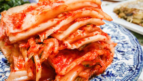 Rebanadas coreanas del kimchi apiladas en una placa Foto de archivo libre de regalías