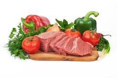 Rebanadas crudas frescas de la carne de la carne de vaca con las verduras Foto de archivo