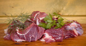 Rebanadas crudas frescas de la carne de la carne de vaca sobre la tabla de cortar de madera lista Imagen de archivo