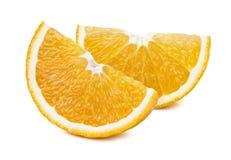 2 rebanadas cuartas anaranjadas aisladas en el fondo blanco Imágenes de archivo libres de regalías