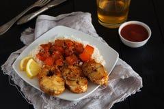Rebanadas de bacalao frito con arroz, pimienta y salsa de tomate Fotografía de archivo libre de regalías