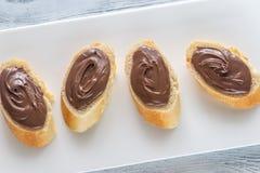 Rebanadas de baguette con crema del chocolate Fotos de archivo libres de regalías