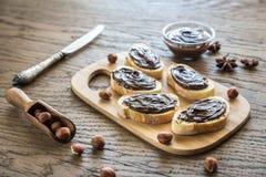 Rebanadas de baguette con crema del chocolate Imagen de archivo libre de regalías