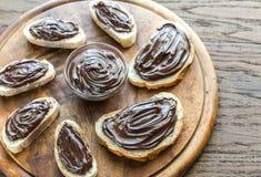Rebanadas de baguette con crema del chocolate Foto de archivo