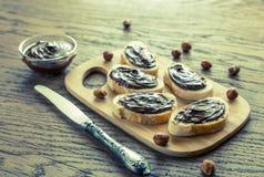 Rebanadas de baguette con crema del chocolate Foto de archivo libre de regalías