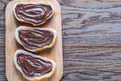 Rebanadas de baguette con crema del chocolate Imágenes de archivo libres de regalías