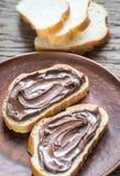Rebanadas de baguette con crema del chocolate Fotos de archivo