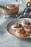 Rebanadas de baguette con crema del chocolate en la placa Fotos de archivo