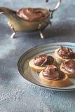 Rebanadas de baguette con crema del chocolate en la placa Foto de archivo