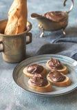 Rebanadas de baguette con crema del chocolate en la placa Foto de archivo libre de regalías