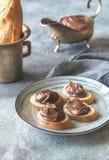 Rebanadas de baguette con crema del chocolate en la placa Imagen de archivo