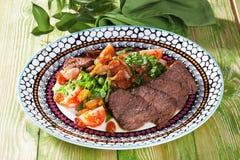 Rebanadas de carne cocida con una atmósfera de madera del restaurante de Provence del verde de la tabla de la vida de las verdura Imagen de archivo libre de regalías
