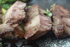 Rebanadas de carne de vaca asada a la parrilla Fotos de archivo libres de regalías
