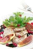 Rebanadas de cerdo con los higos y la salsa negra Foto de archivo libre de regalías