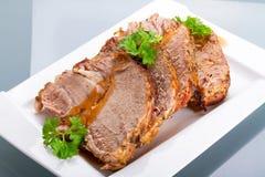 Rebanadas de cerdo de carne asada hecho en casa en la placa Fotos de archivo libres de regalías