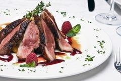 Rebanadas de la carne de la carne de vaca en un plato Foto de archivo libre de regalías