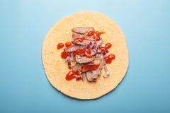 Rebanadas de la carne en la tortilla con la salsa y la cebolla de chile Imágenes de archivo libres de regalías