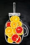 Rebanadas de la fruta cítrica de la fruta en Mason Jar exhausto Arte de la comida Visión superior cure foto de archivo