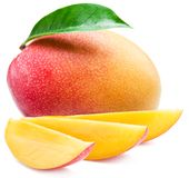 Rebanadas de la fruta del mango y del mango Aislado en un fondo blanco foto de archivo