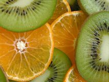 Rebanadas de la naranja y del kiwi foto de archivo