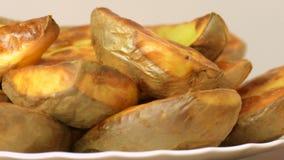 Rebanadas de la patata, cocidas en el horno almacen de metraje de vídeo
