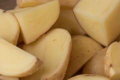 Rebanadas de la patata cruda, primer fotografía de archivo