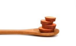 Rebanadas de la patata dulce en cuchara de madera Imagen de archivo libre de regalías