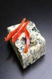 Rebanadas de la pimienta roja en el queso Imágenes de archivo libres de regalías
