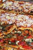 Rebanadas de la pizza con el jamon y el queso españoles del jamón fotografía de archivo libre de regalías