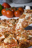 Rebanadas de la pizza de salchichones fotografía de archivo