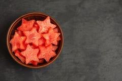 Rebanadas de la sandía en la forma de una estrella en cuenco en una placa negra Visión superior, con el espacio de la copia fotos de archivo libres de regalías