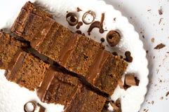 Rebanadas de la torta de chocolate en una placa Imágenes de archivo libres de regalías