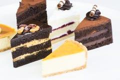 Rebanadas de la torta en una placa Imagen de archivo