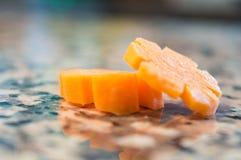 Rebanadas de la zanahoria aisladas Fotografía de archivo