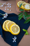 Rebanadas de los limones en un paño azul Imagen de archivo