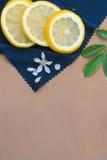 Rebanadas de los limones en un paño azul imágenes de archivo libres de regalías