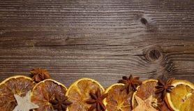 Rebanadas de madera de la naranja del fondo de la Navidad Foto de archivo libre de regalías