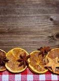 Rebanadas de madera de la naranja del fondo de la Navidad Foto de archivo