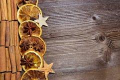 Rebanadas de madera de la naranja del fondo de la Navidad Fotos de archivo libres de regalías