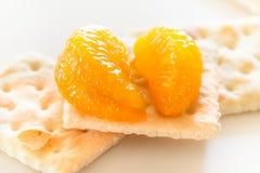 Rebanadas de mandarín con las galletas Imagenes de archivo