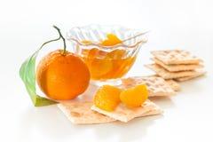 Rebanadas de mandarín con las galletas Fotos de archivo