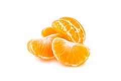 Rebanadas de mandarina en el fondo blanco Imagenes de archivo